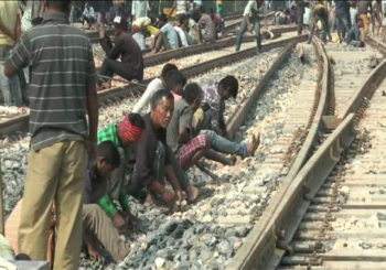 बाढ़ से प्रभावित सीतामढ़ी, 24 घंटे से 200 परिवार रेलवे ट्रैक पर कर रहे हैं गुजारा