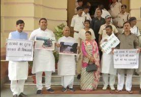बिहार में बाढ़ की स्थिति को लेकर विपक्ष का नीतीश सरकार पर हमला, विरोध में लगाए नारे