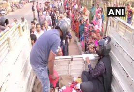 हेलमेट पहनकर बिहार में प्याज बेच रहे हैं कर्मचारी, तस्वीरें हो रही वायरल