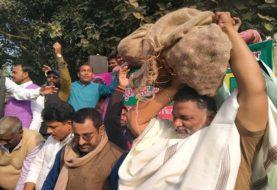 बिहार में प्याज पर सियासत शुरू, भाजपा ऑफिस के बाहर पप्पू यादव ने बेचा प्याज