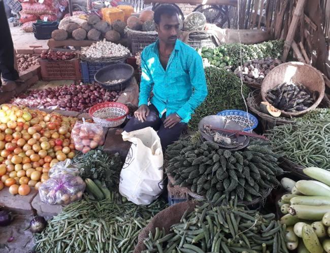 कालाबाजारी पर सख्ती के बाद सब्जियों के दाम में भारी कमी, छापेमारी जारी