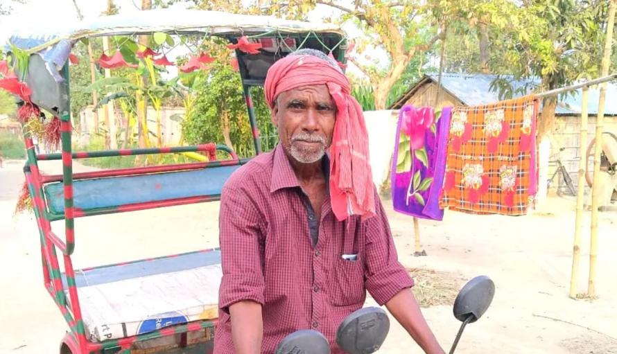 मकान मालिक ने घर से निकाला तो 6 दिन रिक्शा चला कर ये गरीब पहुंचा अपने घर